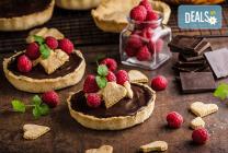 30 броя сладки тарталети с течен шоколад, горски плодове и кокос от