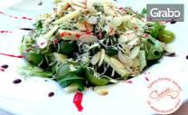 Зелена салата с грозде, пилешки хапки с бейби царевица или домашна