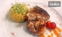 Гръцки свински бифтек с кашкавал на барбекю, плюс десерт Панакота